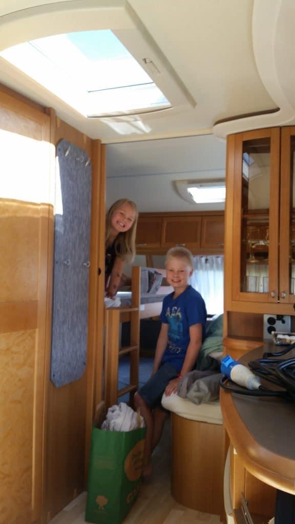 Barnen packar husvagnen, bild 1