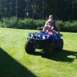 Josefin och Daniel kör fyrhjuling