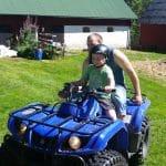 Lukas och Daniel kör fyrhjuling