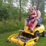 Josefin och Daniel klipper gräset