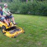 Lukas och Daniel klipper gräset