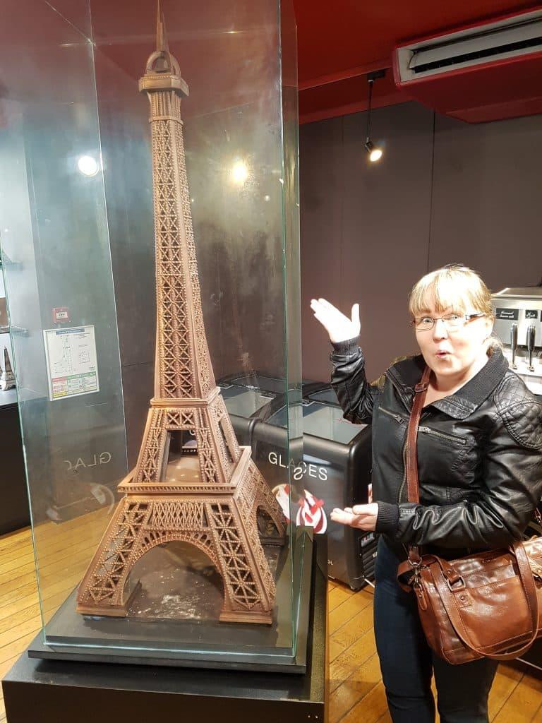 Semester och bröllopsdag i Paris, Eiffeltornet i choklad
