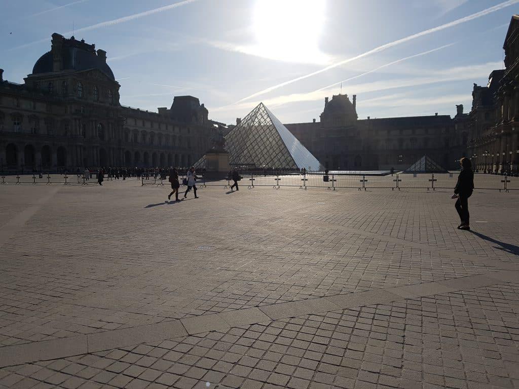 Semester och bröllopsdag i Paris, Louvrén