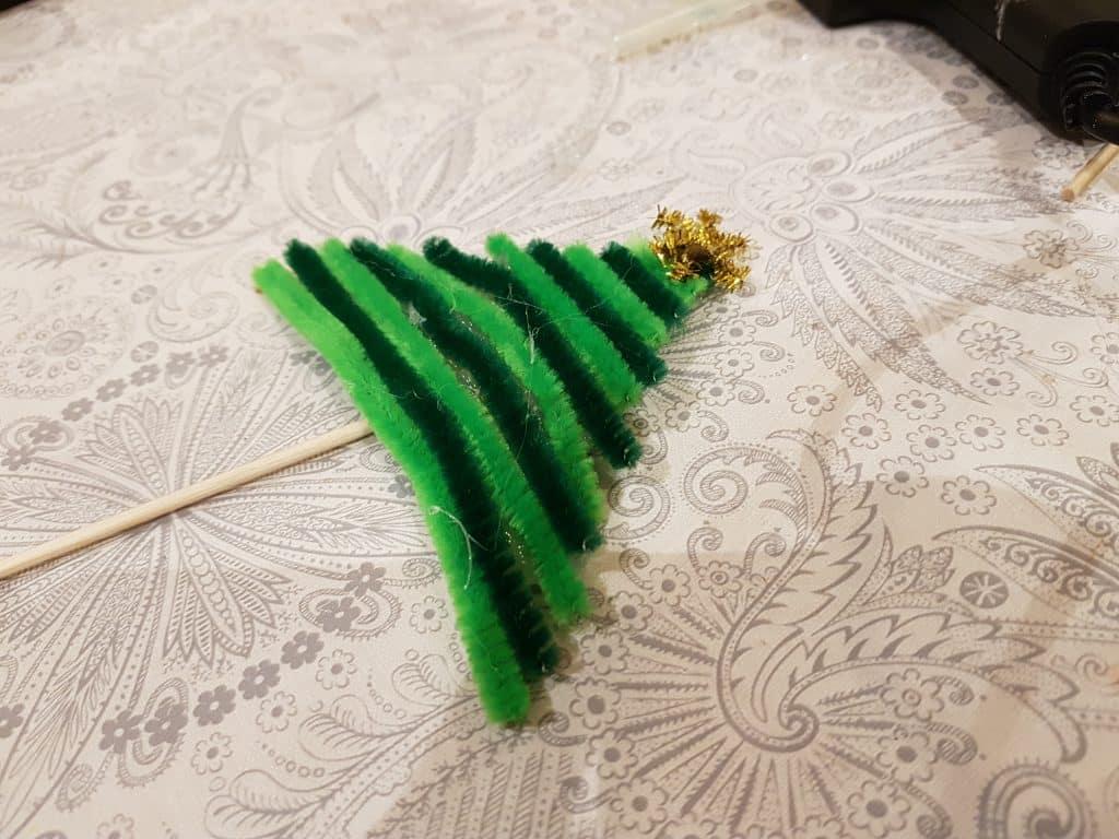 Julpyssel som är enkelt för barn, limma baksidan