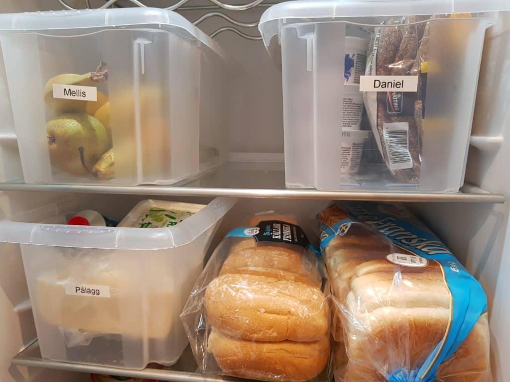 Mellanmåls- och personliglåda samt smörgåshyllan