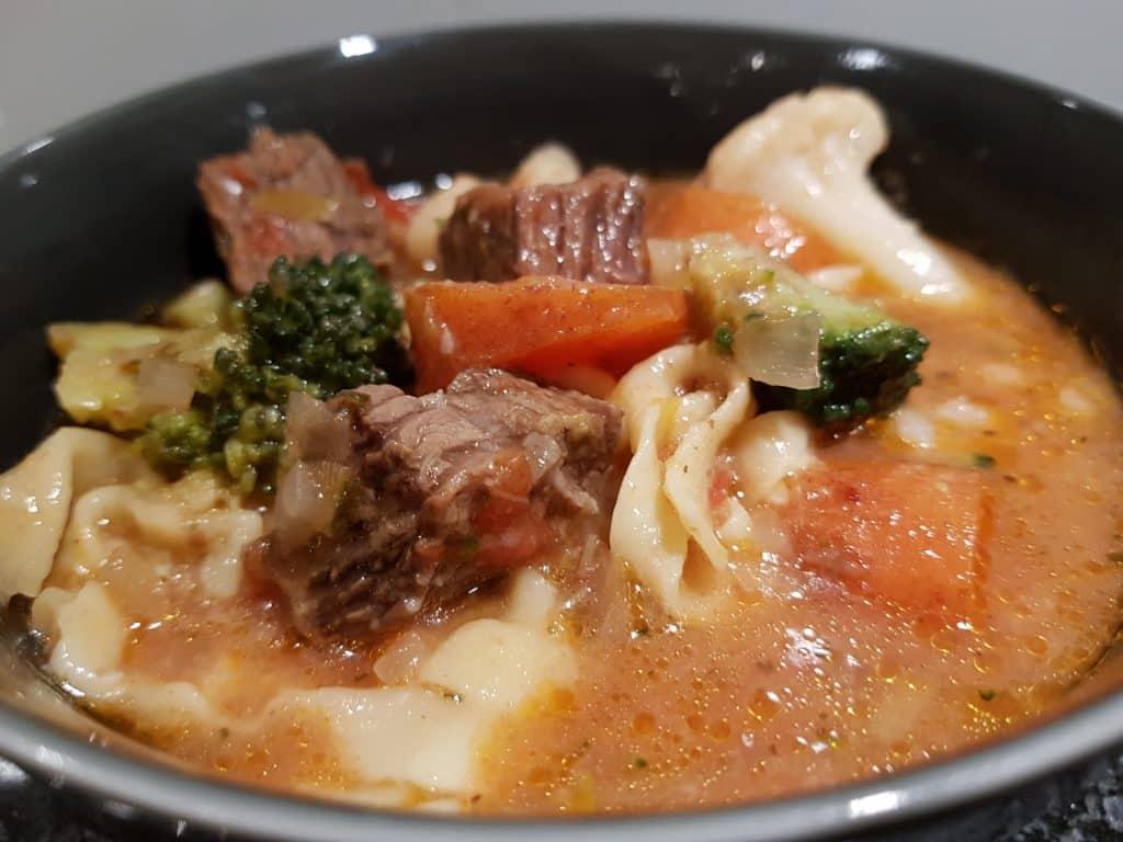 Kött- och grönsaksgryta med pasta